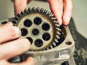 Mechanik składa pompę hydrauliczną